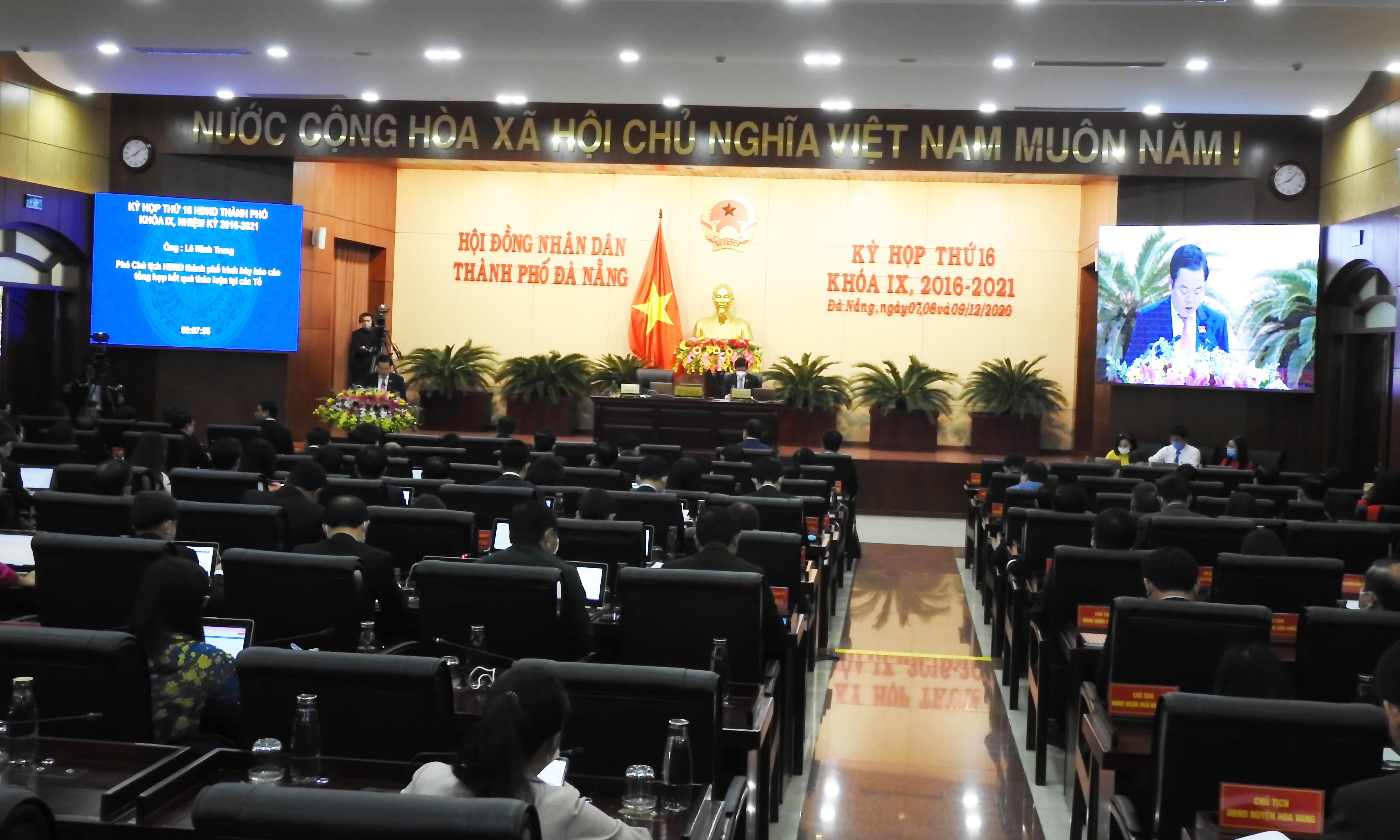 Phiên họp thứ 2 (kỳ họp thứ 16, khóa IX, nhiệm kỳ 2016 – 2021) HĐND TP Đà Nẵng, sáng 8/12. Ảnh Thanh Tùng