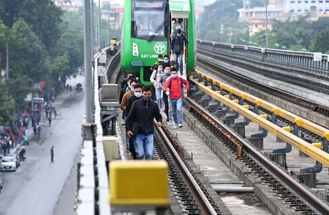 Metro Hà Nội tiến hành diễn tập phương án cứu hộ khi xảy ra sự cố trên hệ thống đường sắt Cát Linh - Hà Đông. Nguồn: Dân trí.