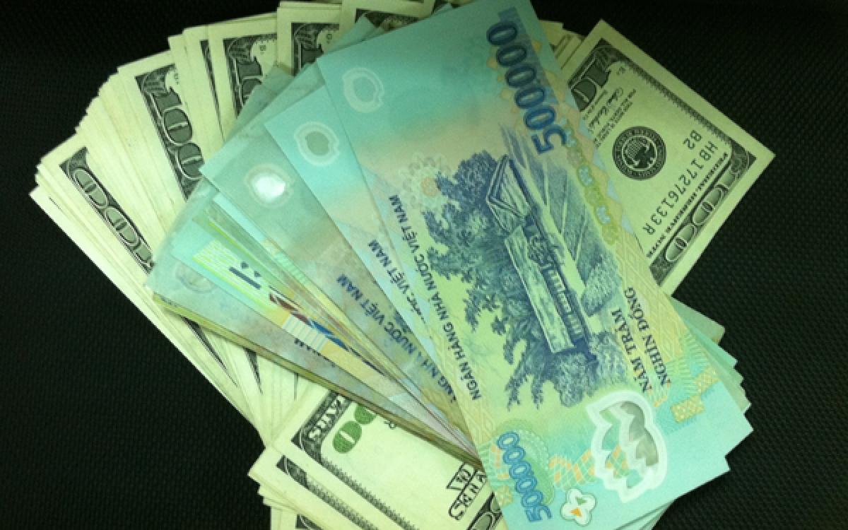 Giá USD đang trượt dốc trên thị trường thế giới, trong nước vẫn ổn định - Ảnh 1.