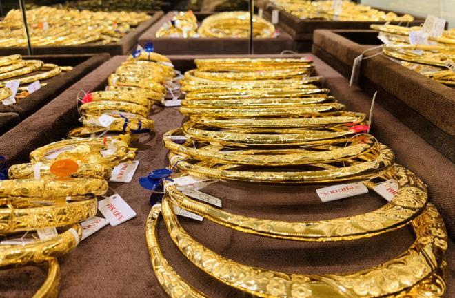 Giá vàng SJC giảm mạnh, người mua lỗ gần 1 triệu đồng/lượng - 1