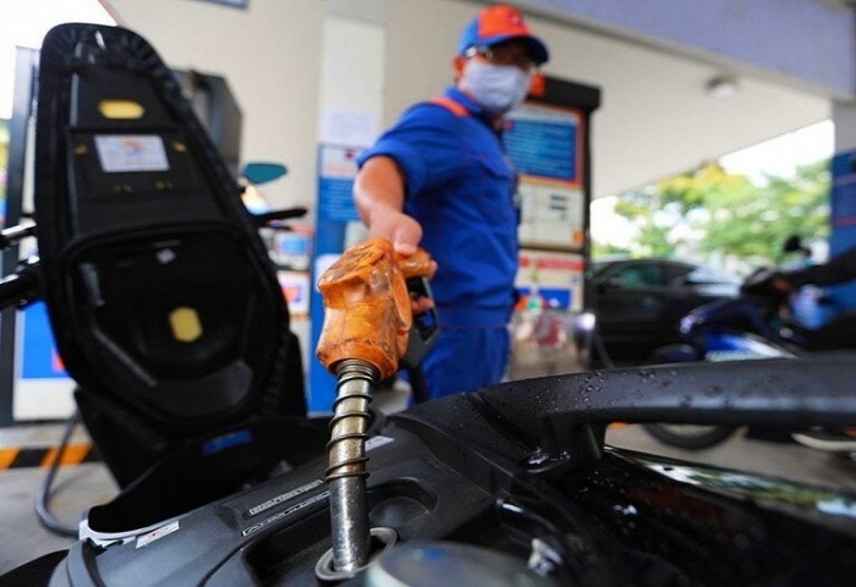Xăng dầu đồng loạt tăng giá, cao nhất tăng gần 400 đồng/lít  - Ảnh 1.