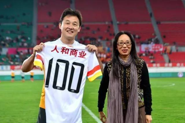 Nữ tỷ phú huyền thoại Trung Quốc: Từ phóng viên nghèo thành đại gia có hàng chục nghìn tỷ đồng, mua 2 đội bóng rồi bị chồng ly hôn vì... quá giàu - Ảnh 2.