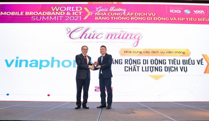 Đại diện VinaPhone nhận danh hiệu Nhà cung cấp dịch vụ viễn thông tiêu biểu về Chất lượng Dịch vụ Băng thông rộng Di động.