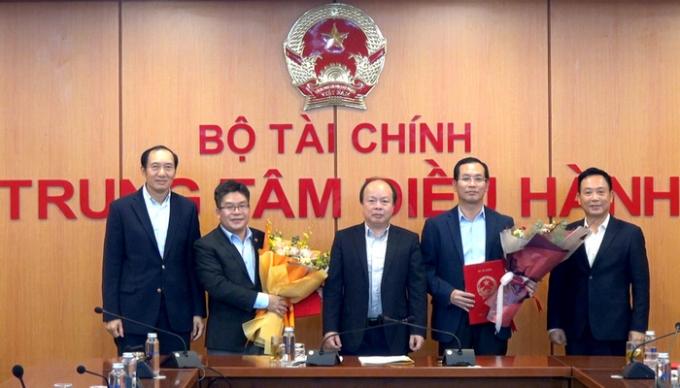 Thứ trưởng Huỳnh Quang Hải trao Quyết định bổ nhiệm Lãnh đạo Sở Giao dịch Chứng khoán Việt Nam.