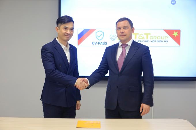 Tổng Giám đốc Công ty T&T Nga Nguyễn Huy Hùng Việt (trái) và Giám đốc điều hành Tập đoàn VR-Logistic (phải) tại lễ ký Biên bản ghi nhớ hợp tác. (Ảnh: TTXVN)