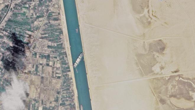Ever Given chắn Suez: Thế giới thiệt hại, Moscow thắng lớn với yếu điểm của Nord Stream 2 - Ảnh 1.
