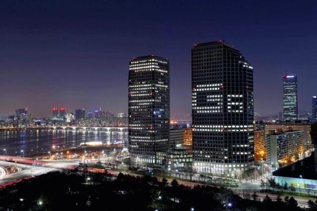 Trụ sở LG tại đảo Yeouido (Hàn Quốc) thắp sáng biểu tượng với chữ