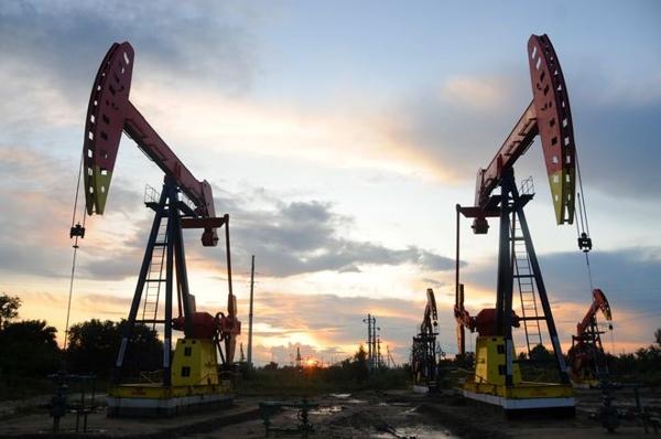 Giá dầu thô ngày cuối tuần tăng mạnh trở lại