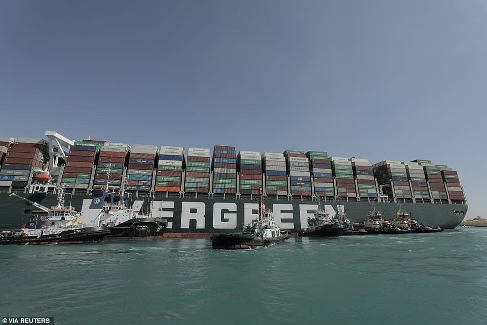 Siêu tàu Ever Given mắc kẹt trên kênh đào Suez.