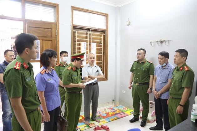 Cơ quan CSĐT tống đạt lệnh bắt tạm giam bị can Tạ Ngọc Chức (người đứng giữa bên phải)