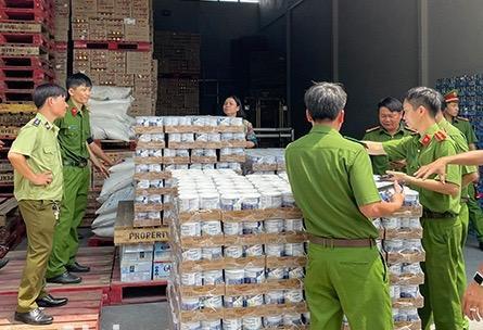 2 kho hàng chứa hàng ngàn sản phẩm nhập lậu vừa được công an TP. Long Khánh (Đồng Nai) phát hiện. Ảnh: tienphong.vn