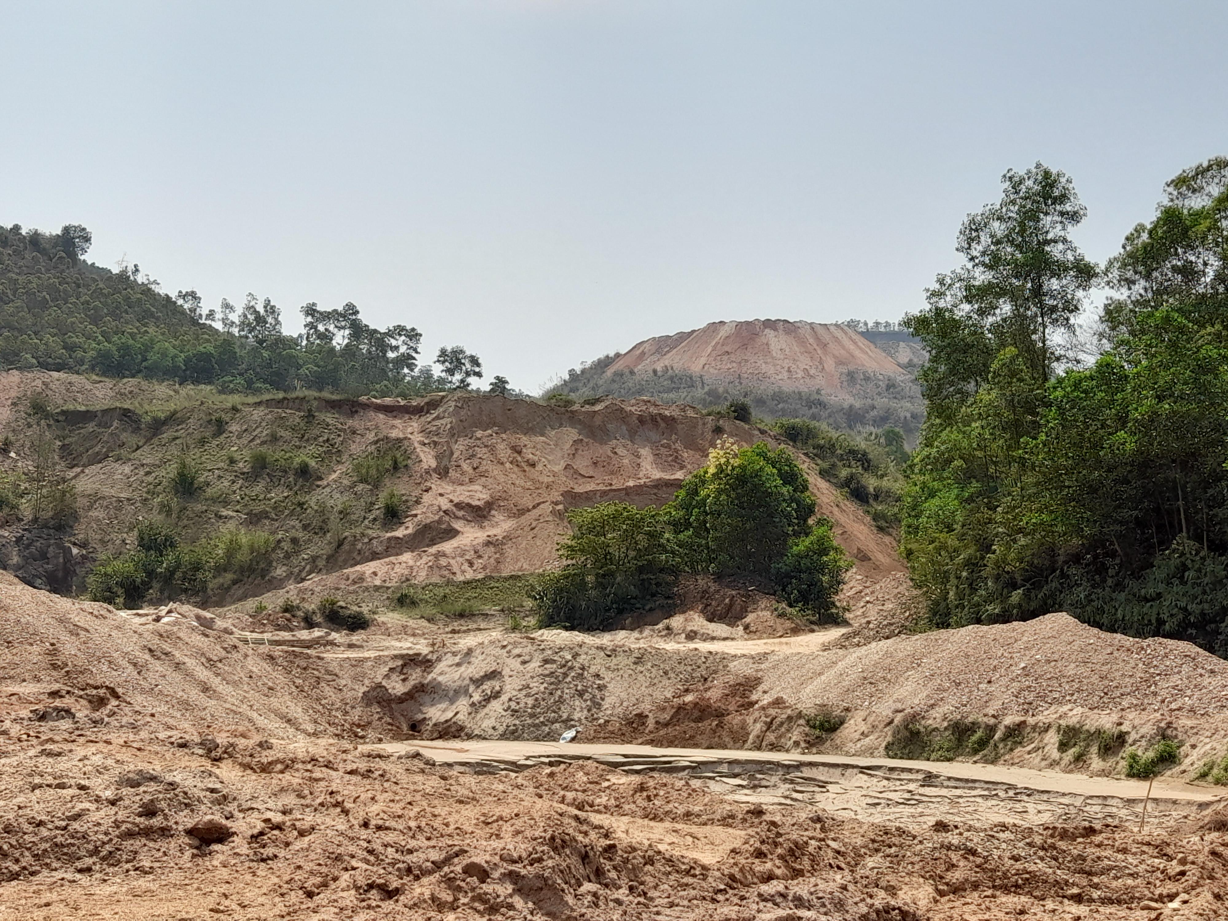 Khu vực bãi thải mỏ quặng của Công ty Hùng Vương xây dựng rất sơ sài nên cứ mưa lớn là xảy ra sự cố xô sạt đất đá xuống ruộng lúa của người xung xung quanh.
