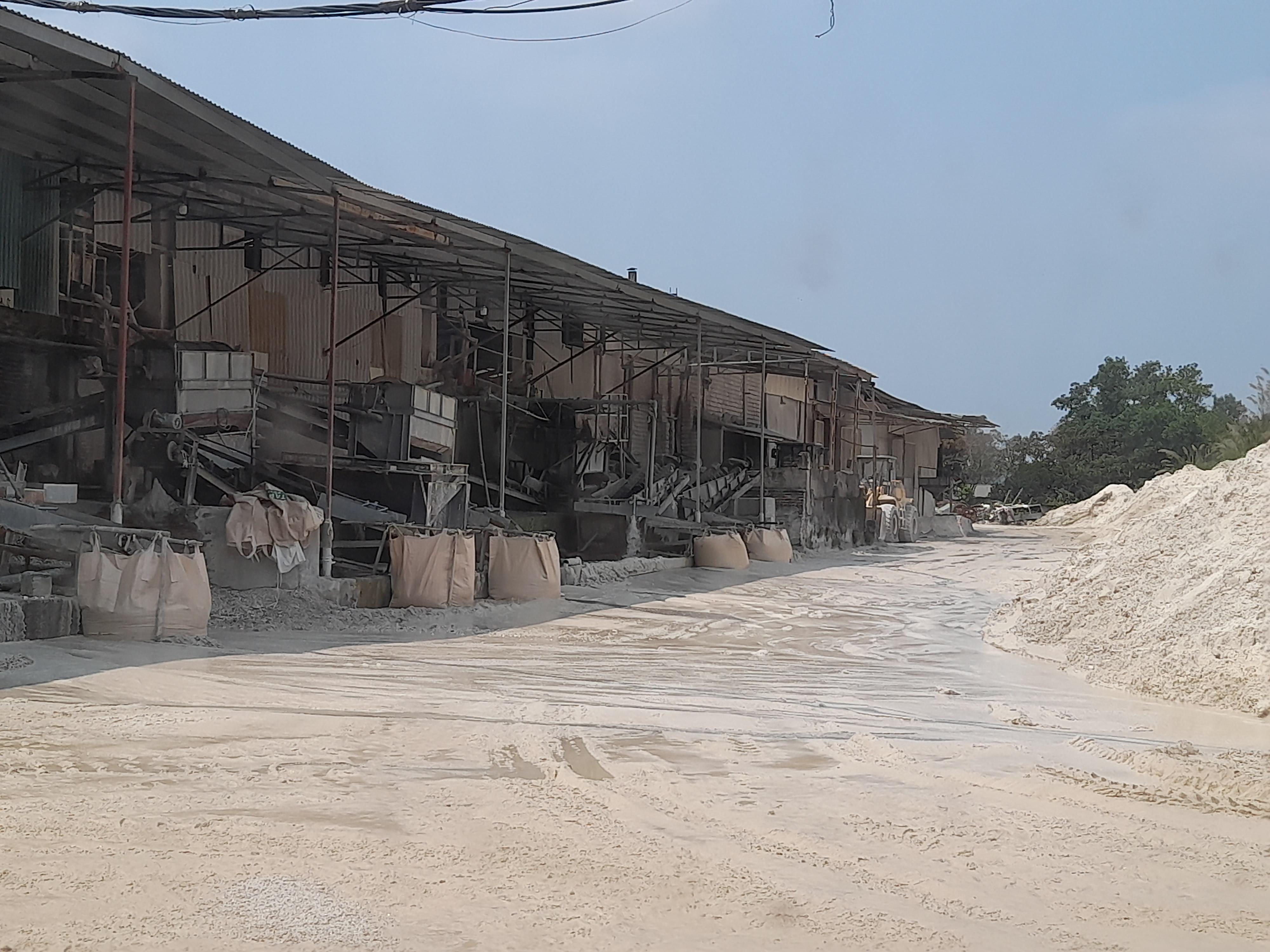 Nơi chế biến Cao lanh nhầy nhụa, nước thải, bùn đất chảy lênh láng khắp nơi.