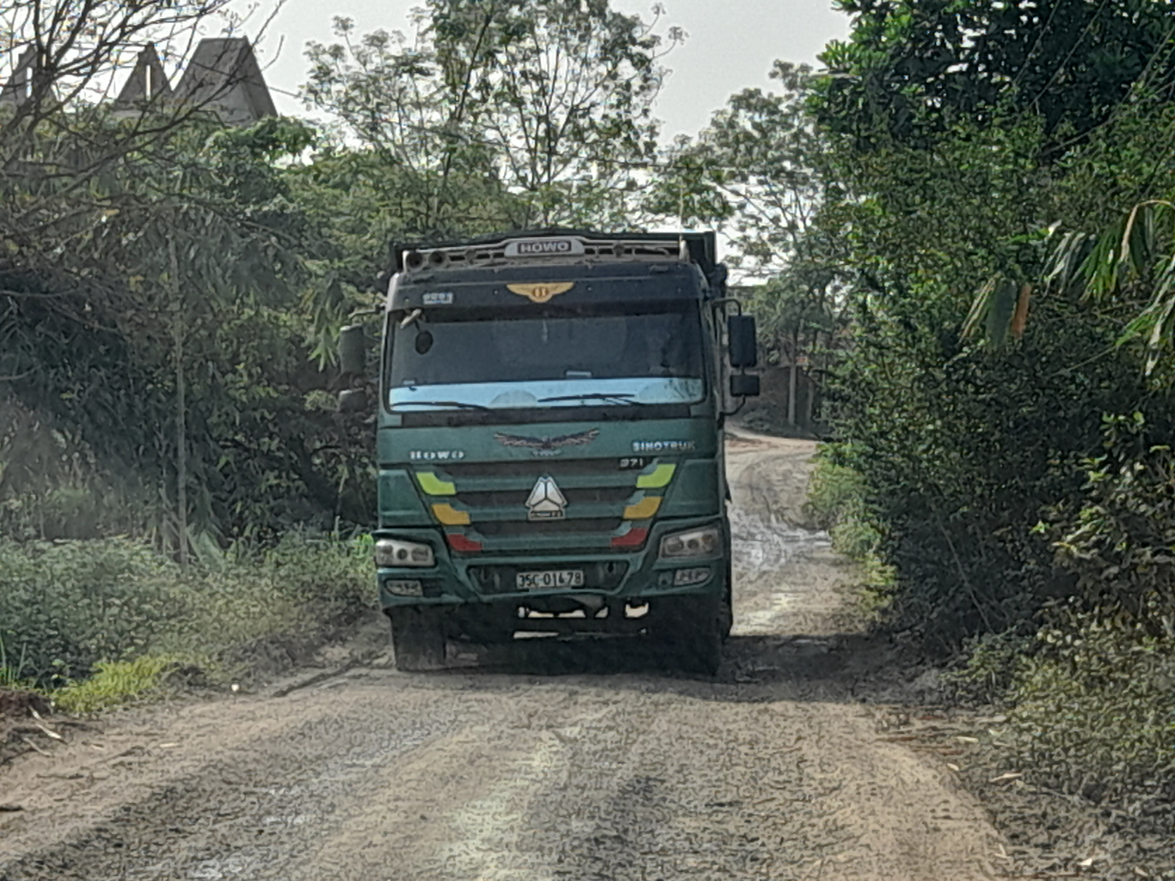 Xe tải chạy rầm rập suốt ngày đêm khiến đường xuống cấp