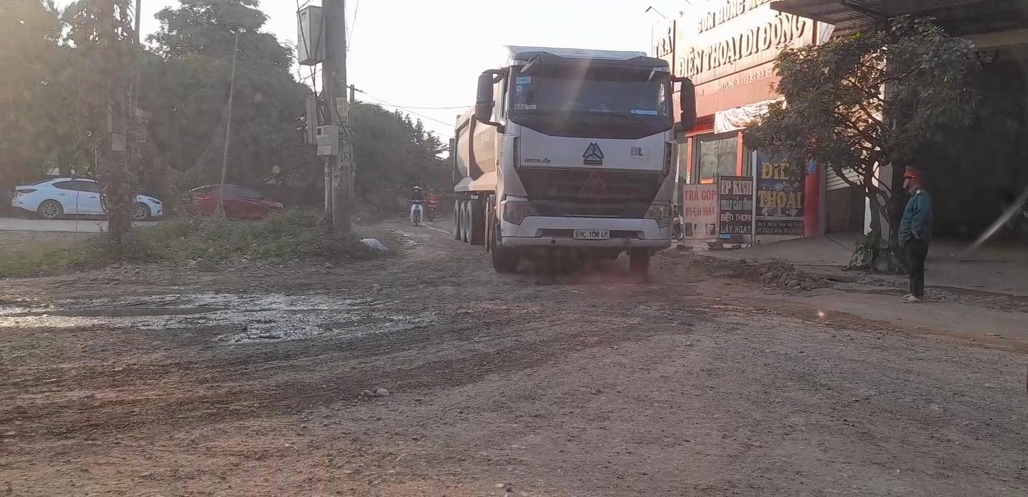Xe tải chở Cao lanh từ Công ty Hùng Vương qua khu dân cư khiến nhân dân bức xúc.