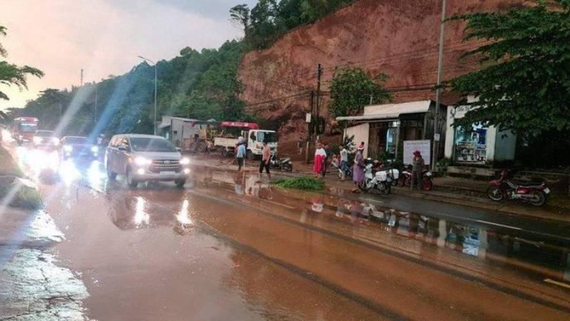 Trước đó, mưa lớn gây sạt lở, đất tràn xuống Quốc lộ 20 làm giao thông qua khu vực này bị gián đoạn nghiêm trọng.