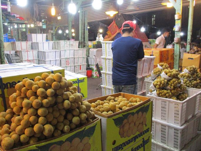 Trái cây Thái Lan đầu mùa giá cao ngất, còn bưởi xoài Việt Nam rẻ bèo  - Ảnh 1.