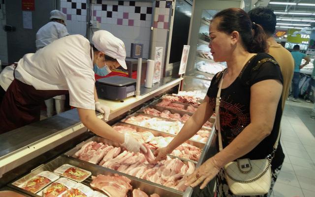 Giá lợn hơi xuống thấp nhất trong một năm qua - Ảnh 1.