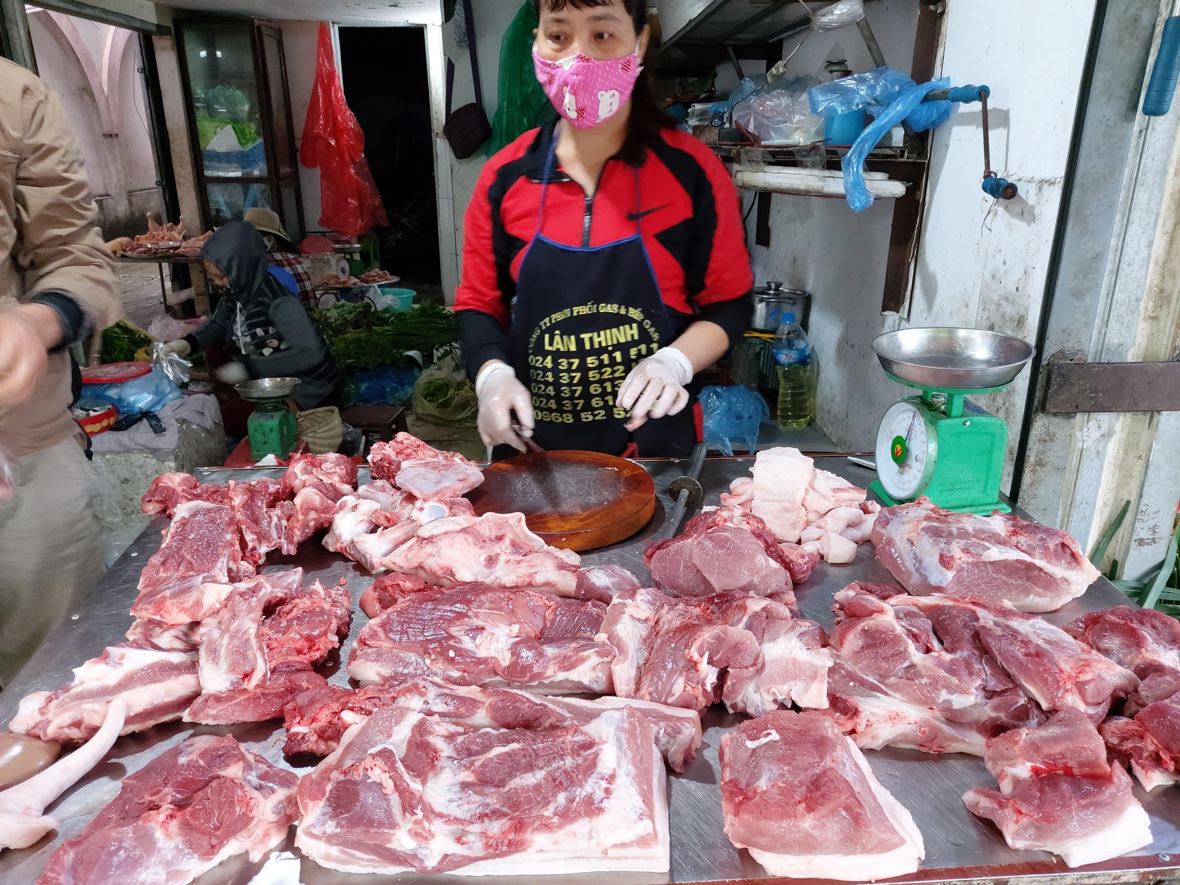 Giá thịt lợn đến tay người tiêu dùng vẫn đắt đỏ dù giá lợn hơi giảm mạnh.
