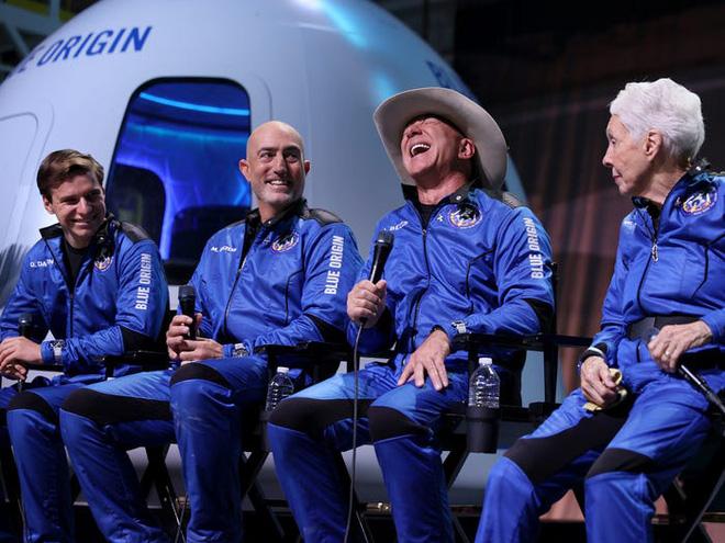 Jeff Bezos cảm ơn công nhân của Amazon vì đã trả tiền cho chuyến bay vào vũ trụ của mình - Ảnh 1.