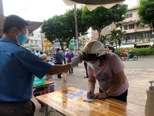 Chợ dân sinh tại TP HCM vắng khách, nhiều mặt hàng giá cao - Ảnh 1.