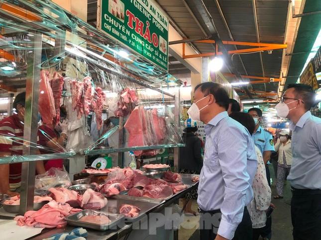 Chợ dân sinh tại TP HCM vắng khách, nhiều mặt hàng giá cao - Ảnh 3.