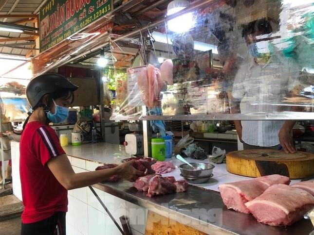 Chợ dân sinh tại TP HCM vắng khách, nhiều mặt hàng giá cao - Ảnh 10.
