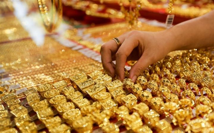 Giá vàng hôm nay 24/7: Chịu áp lực của đồng USD, vàng giảm giá - 1