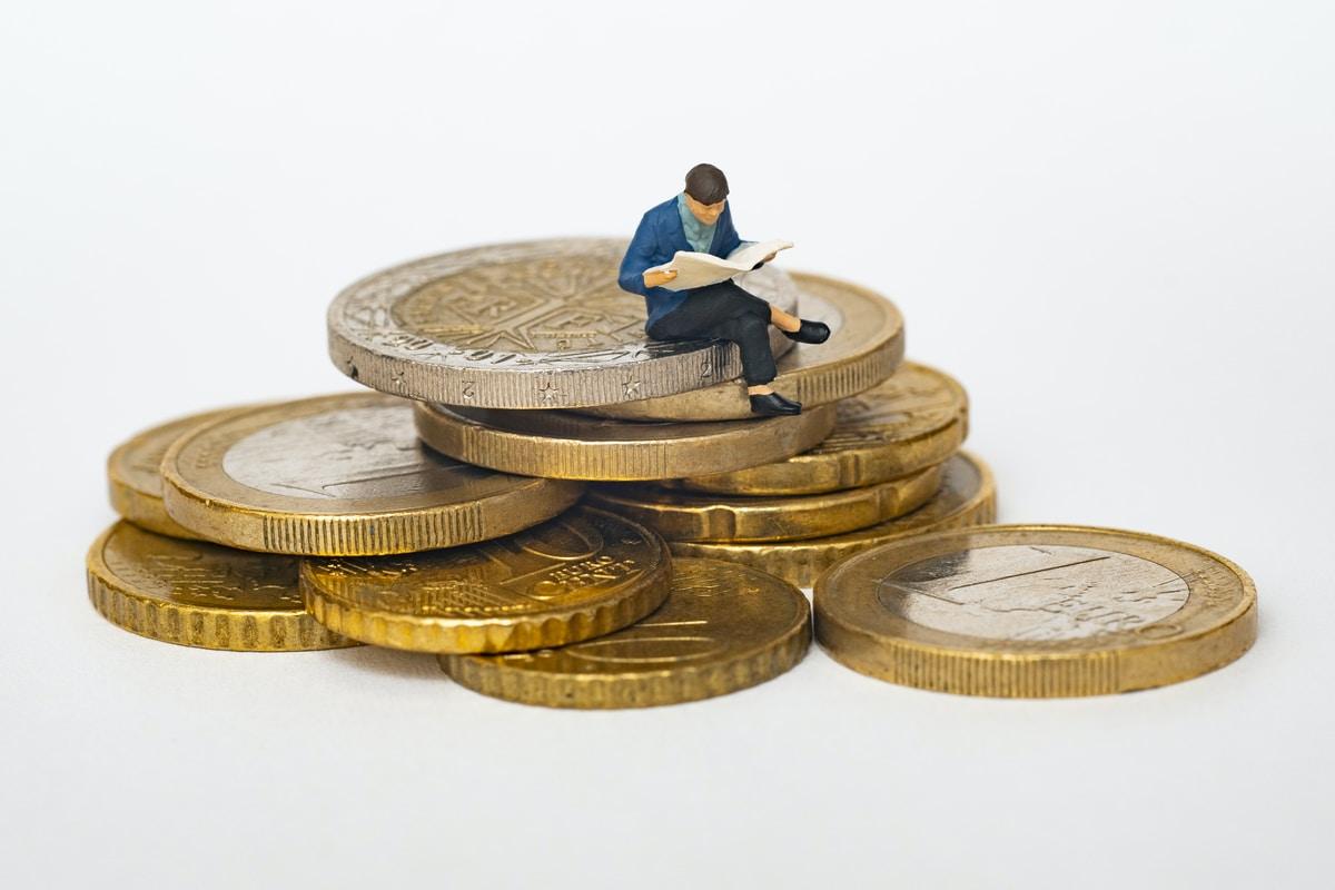 Bóc trần lý do khiến nhiều người mãi không thể phất lên được: Người nghèo thích mua vé số, còn người giàu lại đổ tiền vào những thứ này - Ảnh 2.