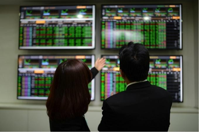 Tiền đổ mạnh vào thị trường, VN-Index tăng vượt ngưỡng 1.370 điểm - 1